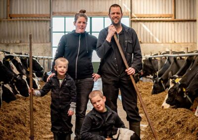 Familie den Boer in de koeienstal | De Twee Hoeven